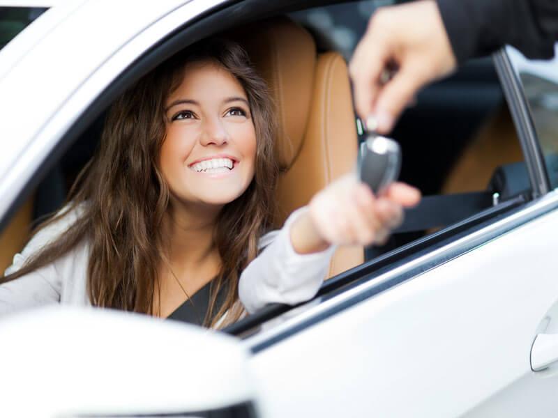 woman-renting-car